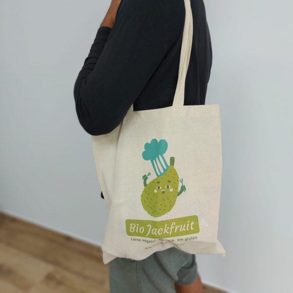 detalle hombre con imagen bolsa de tela jackfruit